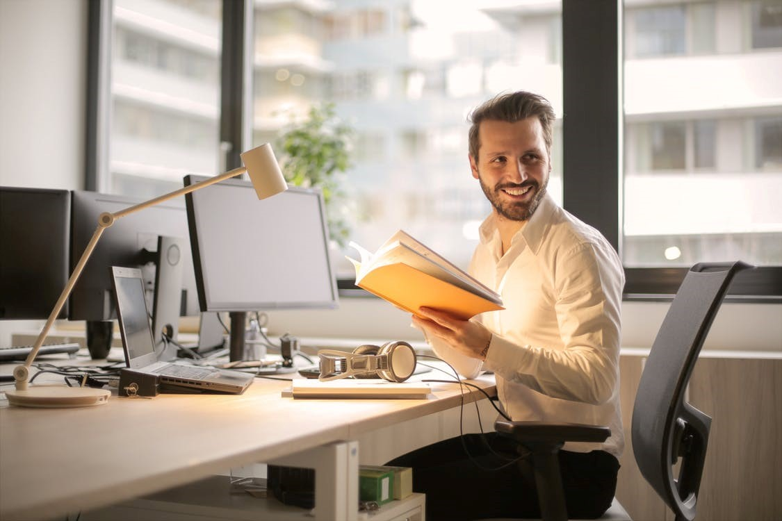 5 Signs You Need New Office Desks